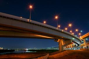 夜の首都高速王子線江北ジャンクションの写真素材 [FYI00138571]