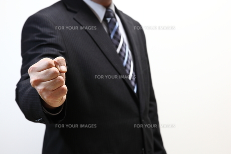 ガッツポーズのビジネスマンの写真素材 [FYI00138950]