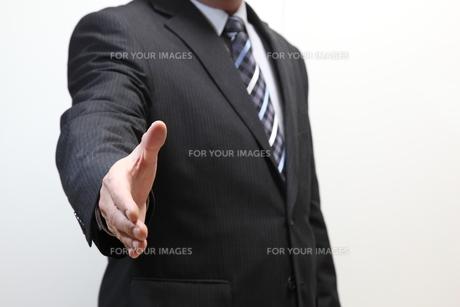 握手を求めるビジネスマンの写真素材 [FYI00138963]