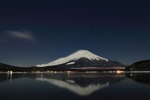 夜景の逆さ富士の写真素材 [FYI00138968]