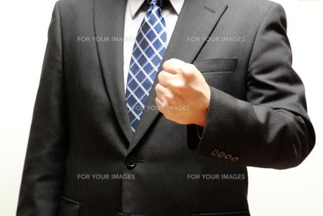 ガッツポーズのビジネスマンの写真素材 [FYI00138972]
