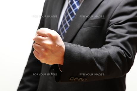 ガッツポーズのビジネスマンの写真素材 [FYI00138974]