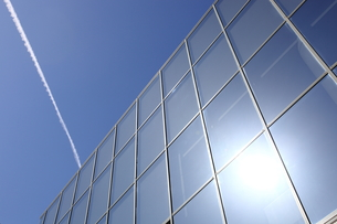 ビルに反射する光の写真素材 [FYI00138982]