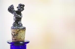 花を持つ天使 ワインコルクの写真素材 [FYI00139561]