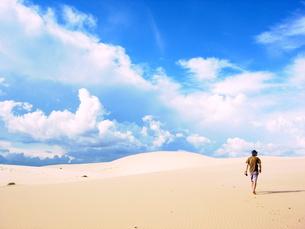 ベトナム砂漠に一人の僕の写真素材 [FYI00139669]