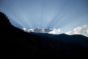 ヒマラヤの雲に隠れてる太陽の素材 [FYI00139703]