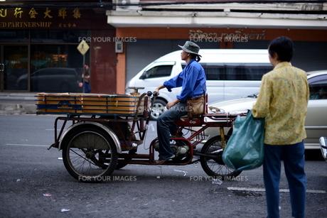バンコクのバイクリヤカーの写真素材 [FYI00139705]