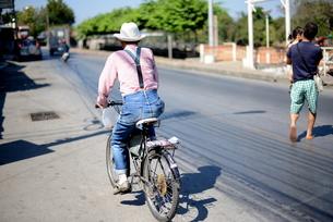 バイクに乗る男性の写真素材 [FYI00139710]