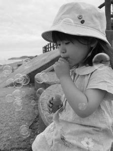 シャボン玉を吹く少女の写真素材 [FYI00139711]