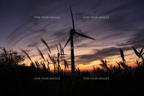 風車と秋の夕暮の素材 [FYI00140908]