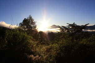 夏の霧ヶ峰の朝日の写真素材 [FYI00140956]