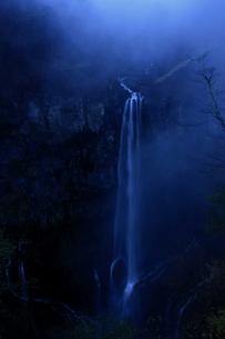 霧と華厳の滝の写真素材 [FYI00141039]