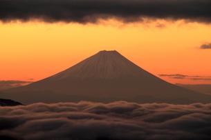 朝焼けと富士山の写真素材 [FYI00141132]