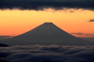 朝焼けと富士山の写真素材 [FYI00141145]