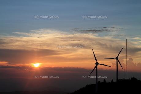 風車と夕日の素材 [FYI00141347]