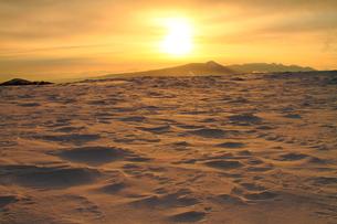 冬の太陽と雪原の写真素材 [FYI00141634]