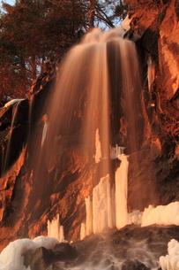 夕日を浴びた冬の滝の素材 [FYI00142005]
