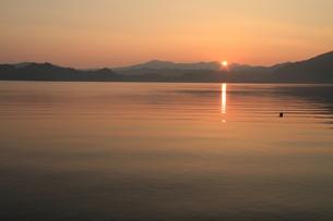 十和田湖と朝日の素材 [FYI00142124]
