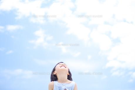 青空と女の子の素材 [FYI00142321]