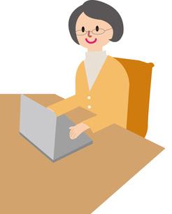 パソコンをする女性の写真素材 [FYI00142341]
