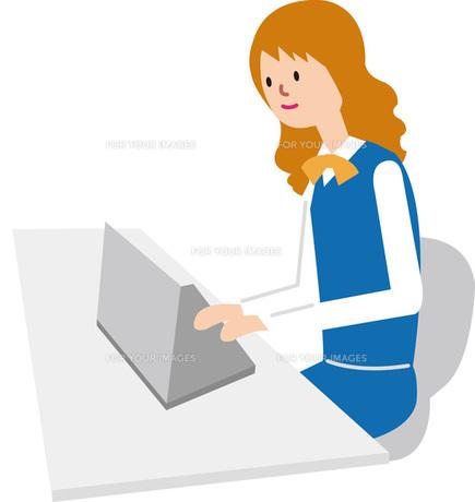 パソコンを打つ女性の素材 [FYI00142367]