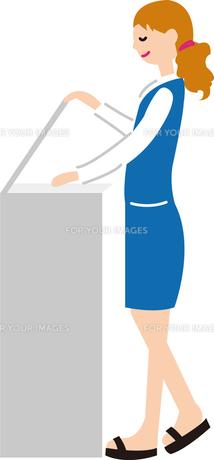 コピーをとる女性の写真素材 [FYI00142371]