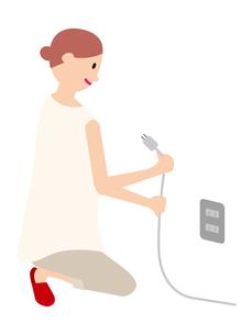 節電をする女性の写真素材 [FYI00142392]