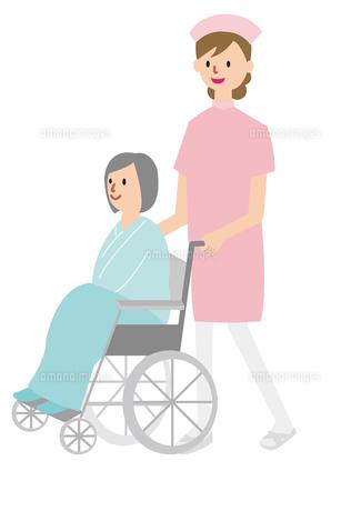 車いすを押す看護婦の写真素材 [FYI00142415]