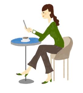 カフェで携帯を見る女性の写真素材 [FYI00142444]
