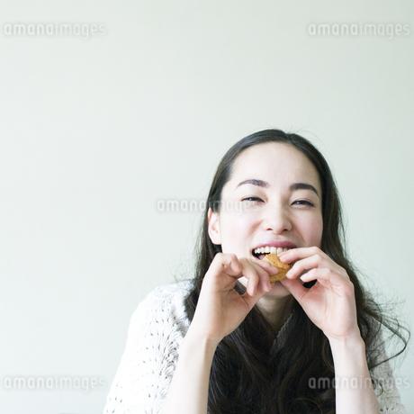 クッキーを食べる若い女性の写真素材 [FYI00143130]