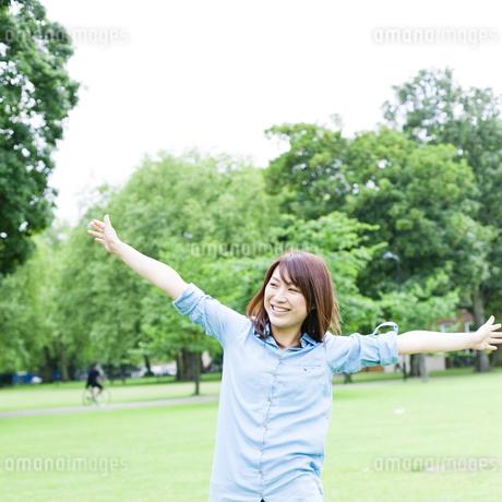 公園を歩く若い女性の素材 [FYI00143131]