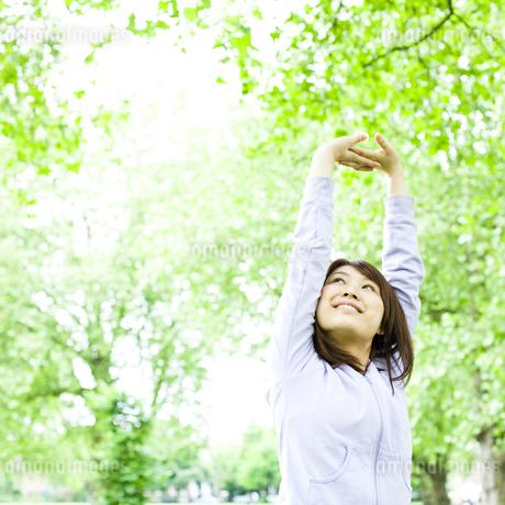 公園でストレッチする若い女性の写真素材 [FYI00143132]