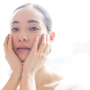 若い日本人女性のビューティーイメージの写真素材 [FYI00143133]
