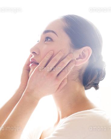 頬をなでる女性の写真素材 [FYI00143134]