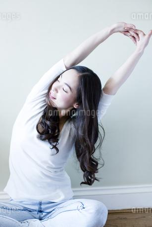 伸びをする日本人女性の写真素材 [FYI00143139]