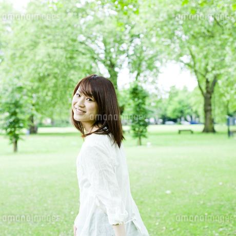 公園を歩く若い女性の素材 [FYI00143142]