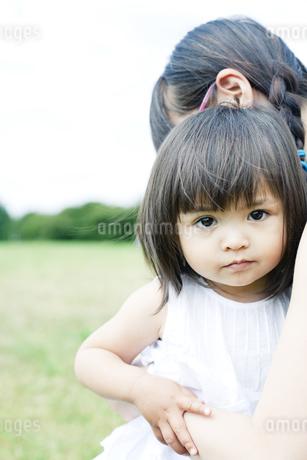 抱き合う母と娘の写真素材 [FYI00143146]