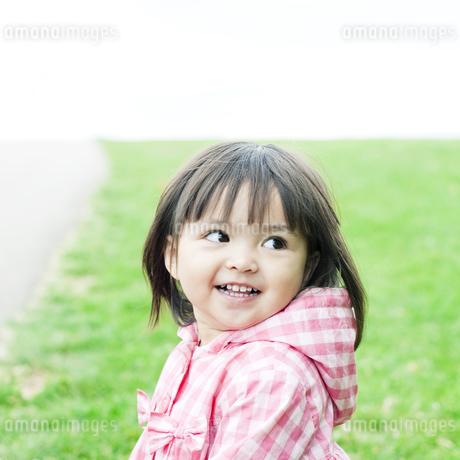 笑顔の可愛いハーフの少女の写真素材 [FYI00143150]