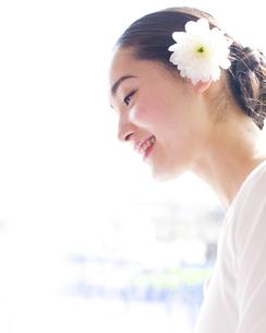 髪飾りを付けた女性の素材 [FYI00143151]