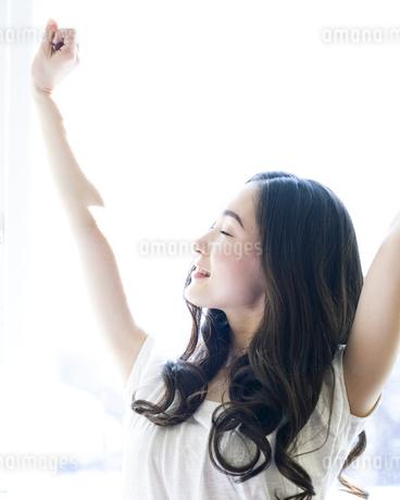 伸びをする女性の写真素材 [FYI00143152]