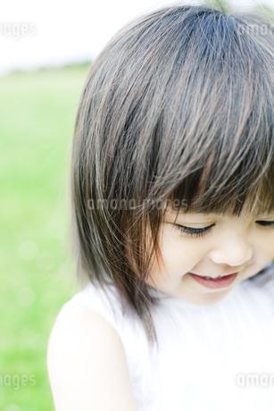 笑顔の可愛いハーフの少女の写真素材 [FYI00143153]