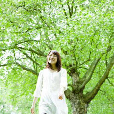 公園を歩く若い女性の素材 [FYI00143154]