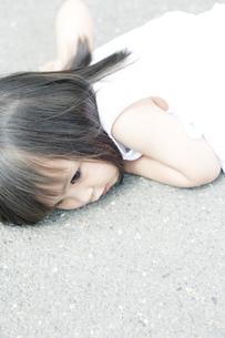 耳をすませる少女の写真素材 [FYI00143155]