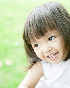 笑顔の可愛いハーフの少女の写真素材 [FYI00143156]
