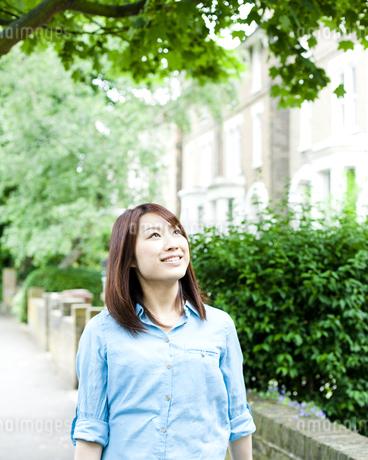 街を歩く若い女性の素材 [FYI00143157]