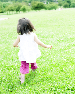 公園で遊ぶハーフの少女の素材 [FYI00143161]