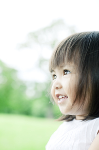 笑顔の可愛いハーフの少女の写真素材 [FYI00143162]