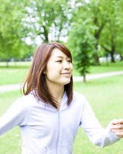 公園を歩く若い女性の写真素材 [FYI00143163]