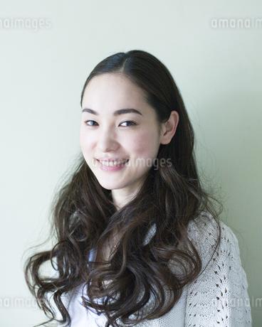 笑顔の女性のポートレイトの素材 [FYI00143164]