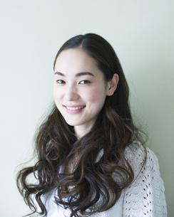 笑顔の女性のポートレイトの写真素材 [FYI00143164]